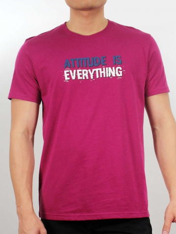 MEN ATTITUDE IS EVERYTHING GRAPHIC TEE IN RASBERRY