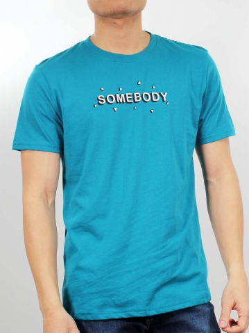 MEN SOMEBODY GRAPHIC TEE IN DARK TEAL