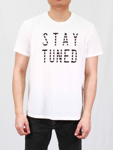 MEN STAY TUNED GRAPHIC TEE IN OFF WHITE