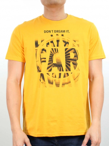 MEN DRIVE FAR AWAY GRAPHIC TEE IN MUSTARD
