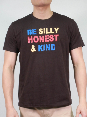 MEN BE SILLY HONEST AND KIND GRAPHIC TEE IN CHESTNUT