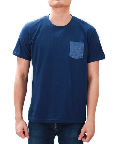 MEN DENIM PATCH POCKET GRAPHIC TEE IN DARK NAVY
