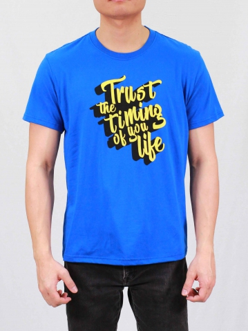 MEN TRUST THE TIMING GRAPHIC TEE IN ROYAL
