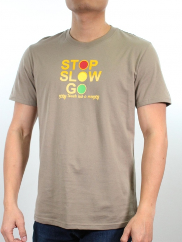 MEN STOP & GO GRAPHIC TEE IN DARK KHAKI