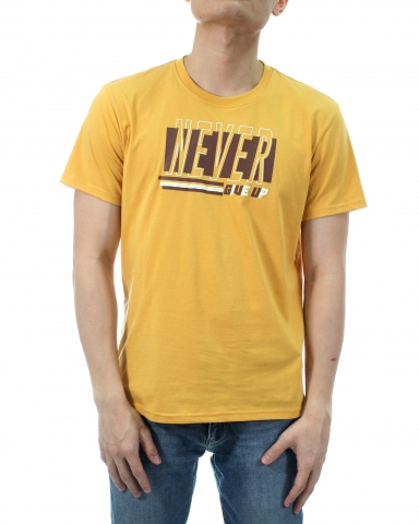 MEN NEVER GIVE UP GRAPHIC TEE IN MUSTARD