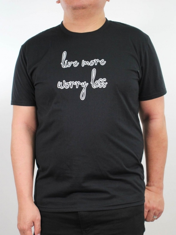 MEN PLUS SIZE LIVE MORE GRAPHIC TEE IN BLACK