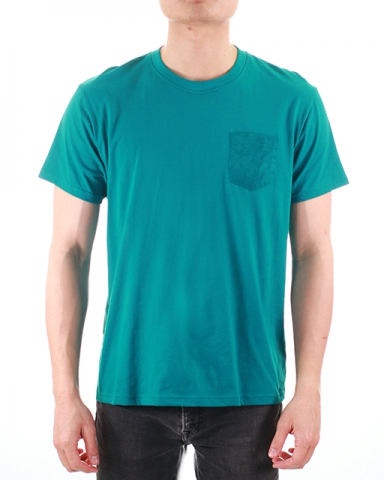 MEN PRINTED PATCH POCKET GRAPHIC TEE IN DARK TEAL