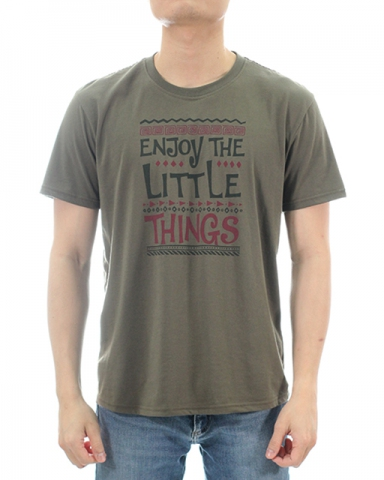 MEN ENJOY THE LITTLE THINGS GRAPHIC TEE IN ARMY GREEN