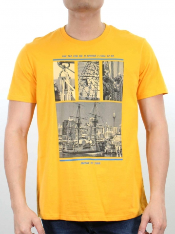 MEN SHIP IMAGE GRAPHIC TEE IN MUSTARD