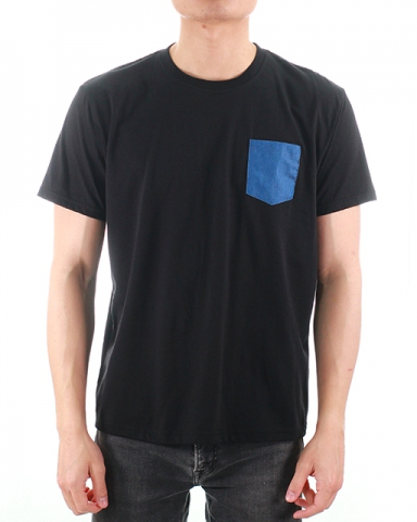 MEN DENIM PATCH POCKET GRAPHIC TEE IN BLACK