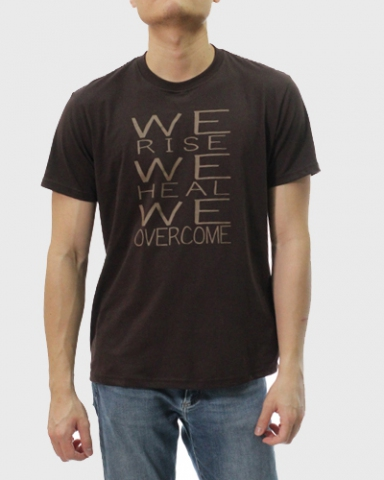 MEN WE OVERCOME GRAPHIC TEE IN CHESTNUT