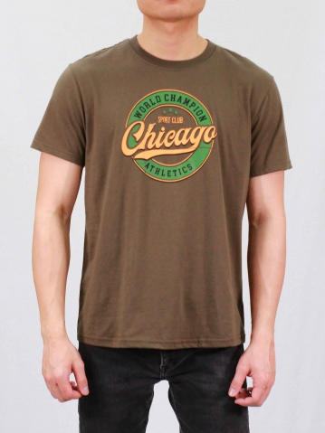 MEN SPORT CLUB CHICAGO GRAPHIC TEE IN ARMY GREEN
