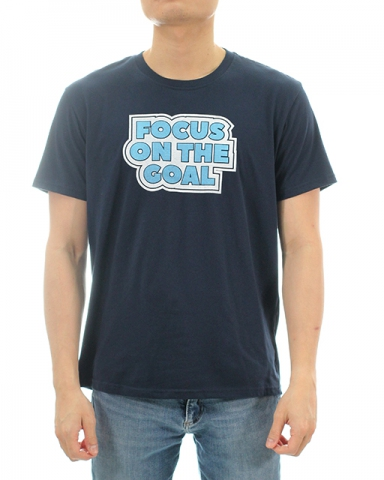 MEN FOCUS ON THE GOAL GRAPHIC TEE IN DARK NAVY