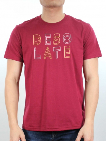 MEN DESOLATE GRAPHIC TEE IN MAROON