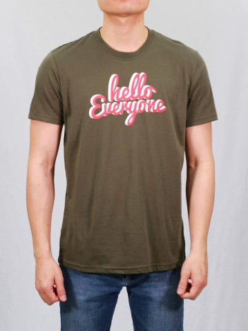 MEN HELLO EVERYONE GRAPHIC TEE IN ARMY GREEN