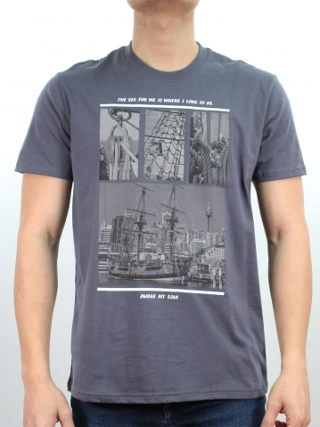 MEN SHIP IMAGE GRAPHIC TEE IN DARK GREY