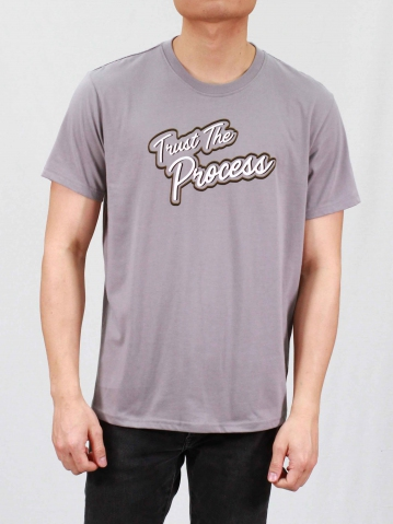 MEN TRUST THE PROCESS GRAPHIC TEE IN MID GREY