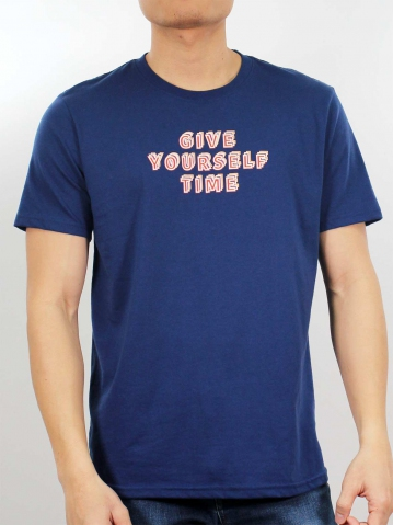 MEN GIVE YOURSELF TIME GRAPHIC TEE IN DARK NAVY