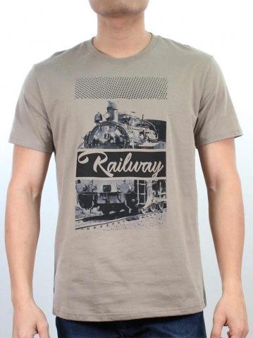 MEN RAILWAY IMAGE GRAPHIC TEE IN DARK KHAKI