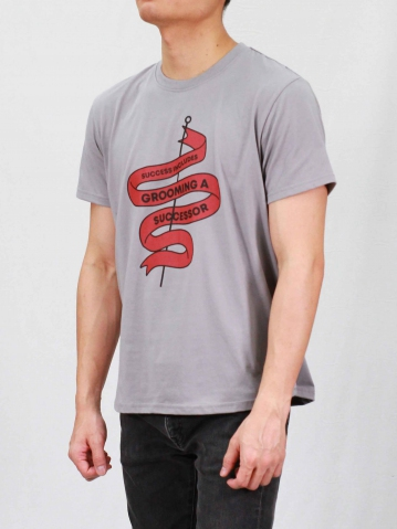 MEN GROOMING A SUCCESS0R GRAPHIC TEE IN MID GREY